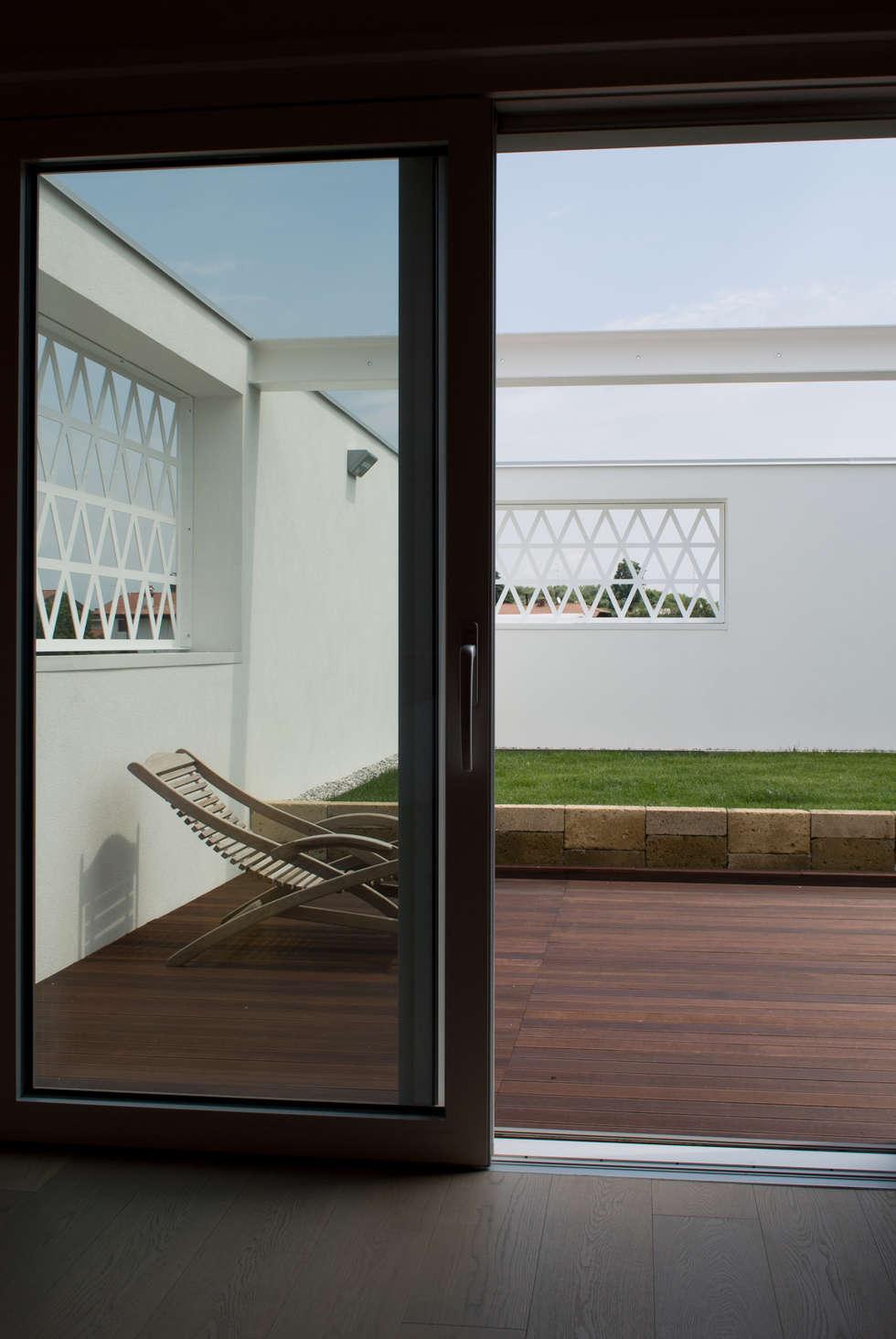 L'arrivo in terrazza: Terrazza in stile  di Margherita Mattiussi architetto