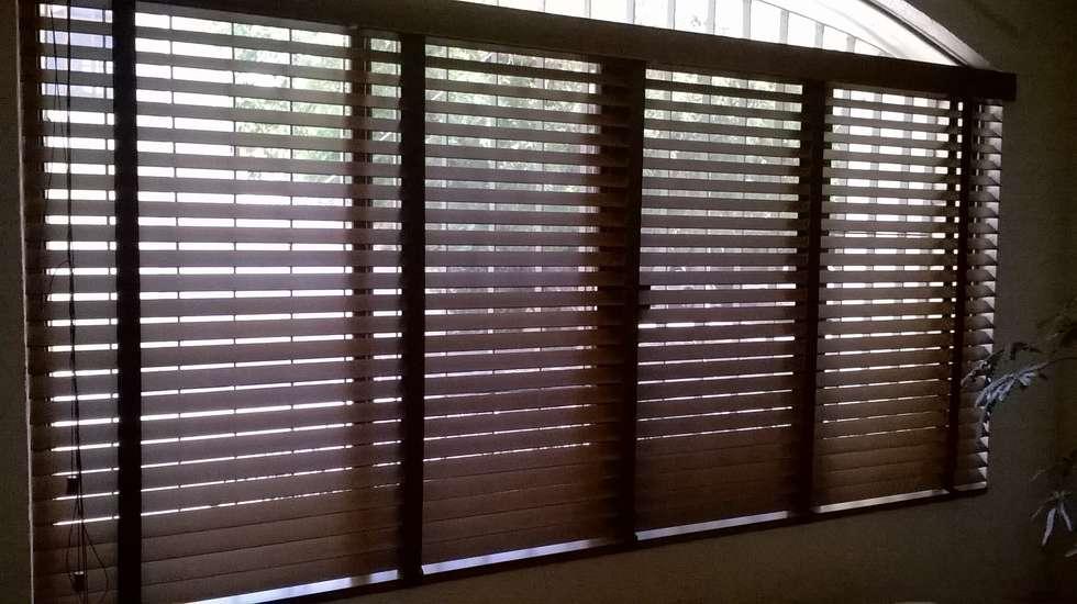 Persianas de madera: Ventanas de estilo  por Muebles Modernos para Oficina, S.A.