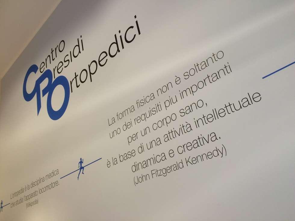 Centro Presidi Ortopedici - Rapallo (GE): Pareti in stile  di Lighting and...