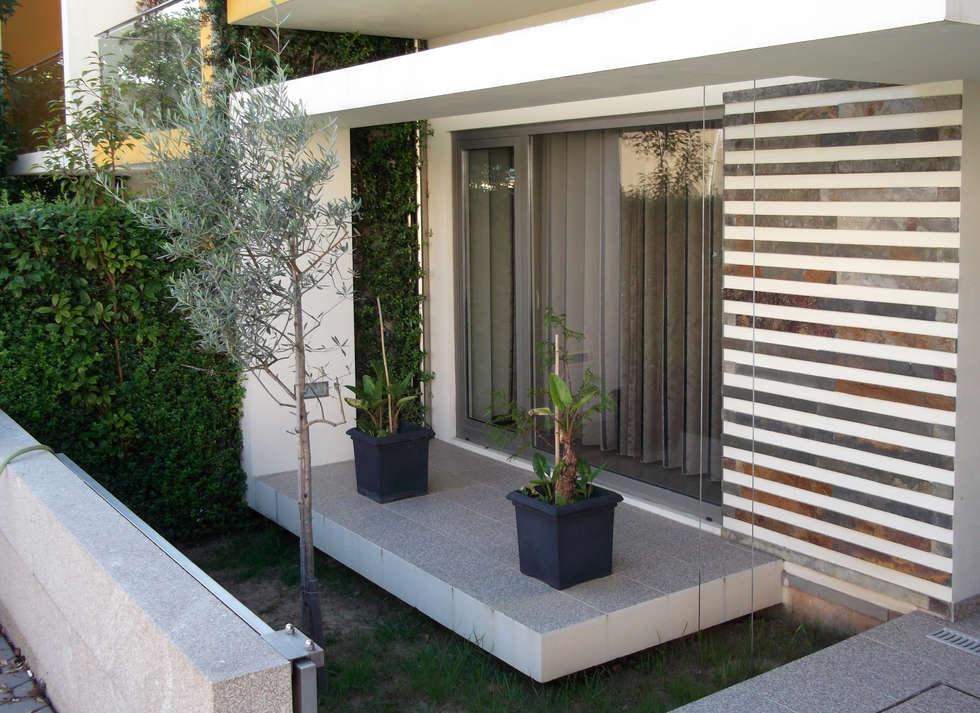 Varanda com jardim: Jardins modernos por Construções Couto Monteiro