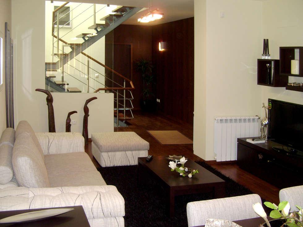 Sala de estar: Salas de estar modernas por Construções Couto Monteiro