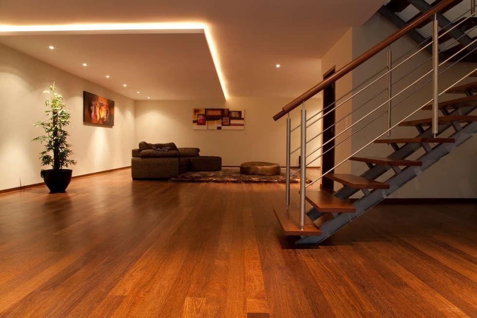 Salão amplo 100m2: Salas de estar modernas por Construções Couto Monteiro