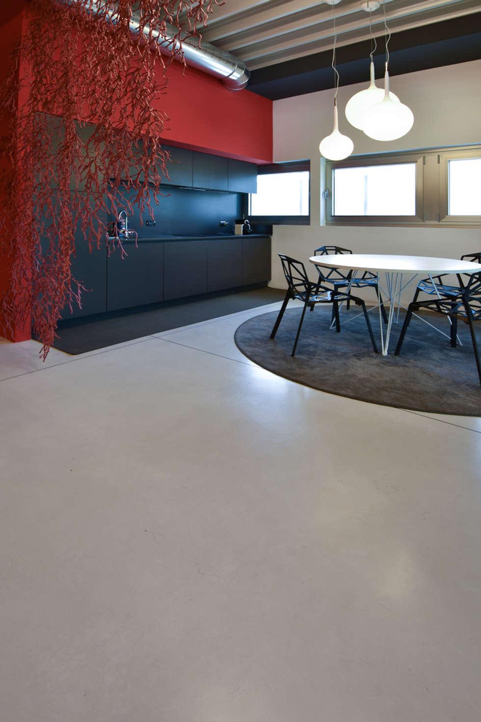 uffici e showroom: Spazi commerciali in stile  di Isoplam S.r.l.