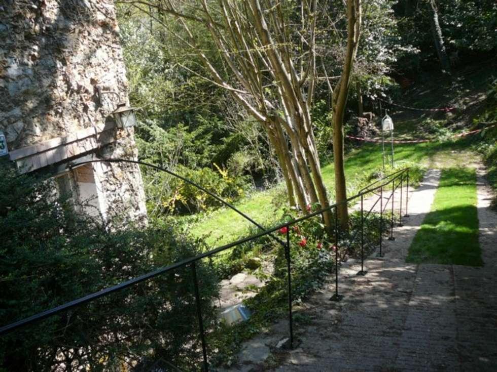 Création d'une rampe d'escalier en acier pour jardin: Jardin de style de style eclectique par ATELIER MACHLINE