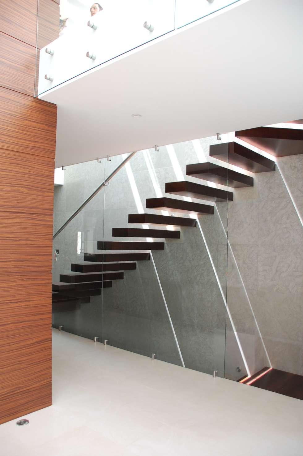 escaleras: Pasillos y recibidores de estilo  por iarkitektura