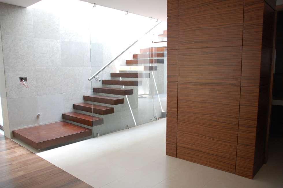 vestibulo: Pasillos y recibidores de estilo  por iarkitektura