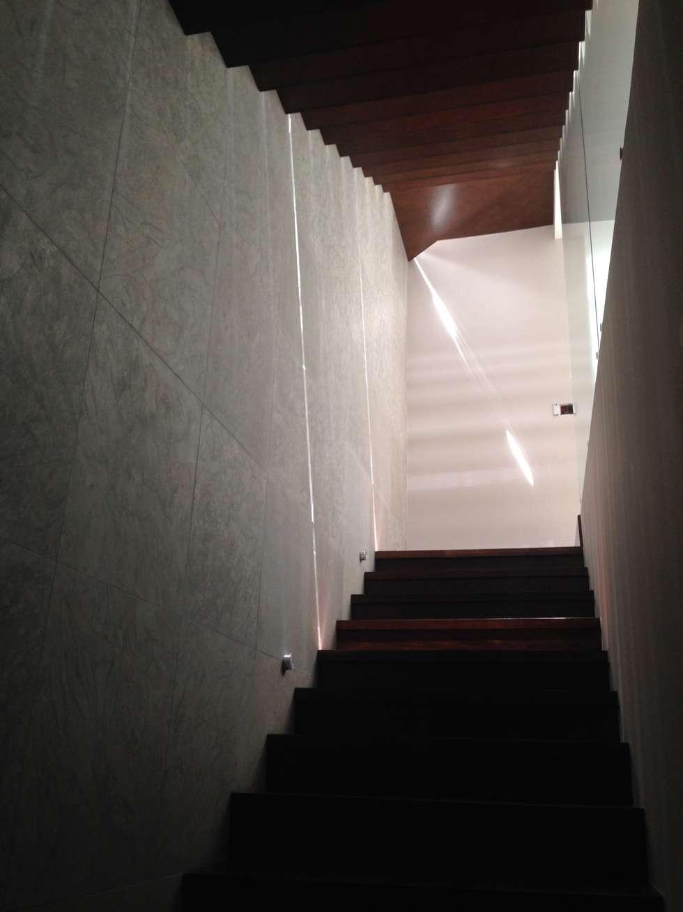 escalera doble: Pasillos y recibidores de estilo  por iarkitektura