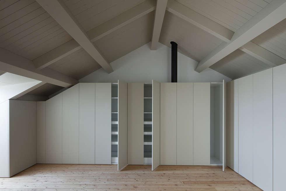 Casa das Gelosias: Closets ecléticos por Marta Campos - Arquitectura, Reabilitação e Eficiência Energética