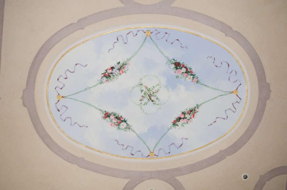Soffitto con decoro floreale.: Pareti in stile  di erica de rosa, dipinti, affreschi, trompe l'oeil,  decorazioni - Venezia