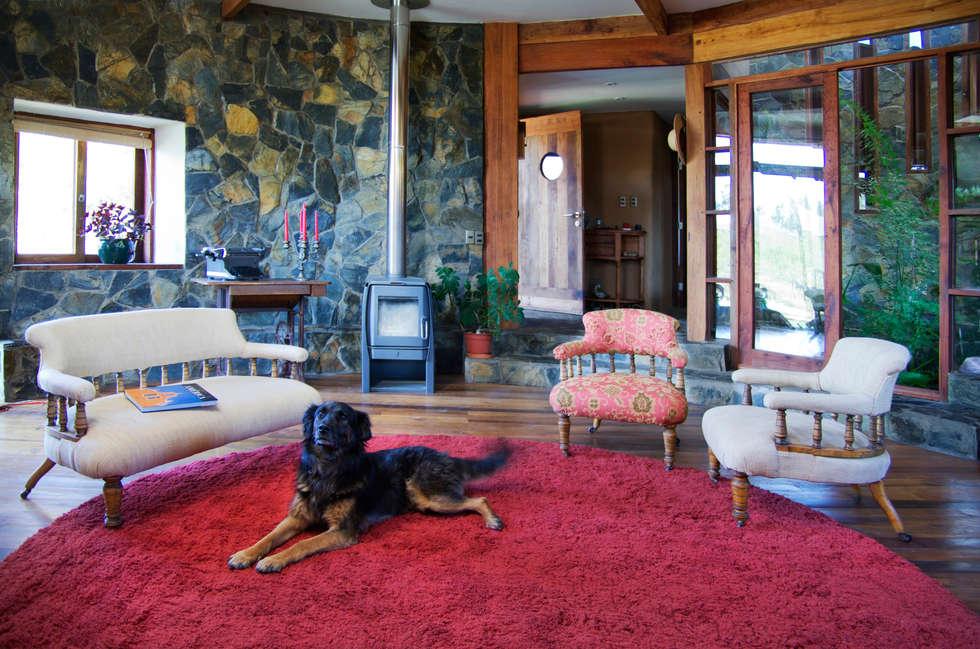 CASA CARACOL: Livings de estilo rústico por ALIWEN arquitectura & construcción sustentable