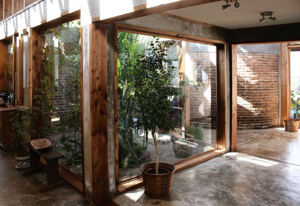 CASA TAU: Pasillos, hall y escaleras de estilo  por ALIWEN arquitectura & construcción sustentable
