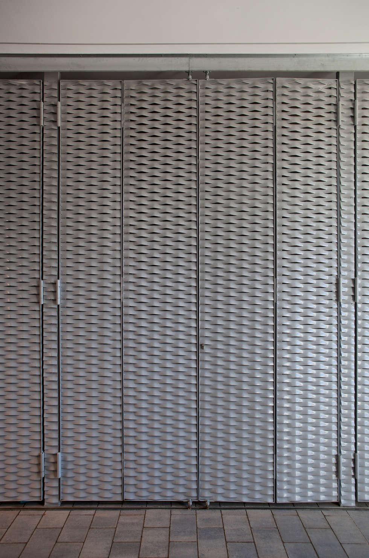Puertas de garajes stunning metalicas tellez puertas de - Puerta garaje abatible ...