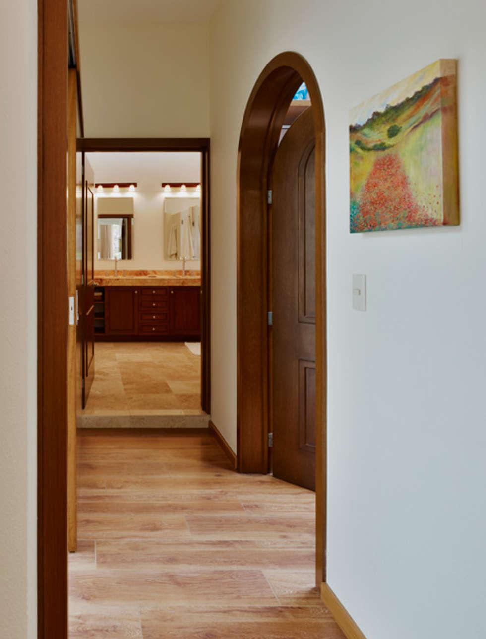 pasillo al baño: Baños de estilo  por Excelencia en Diseño