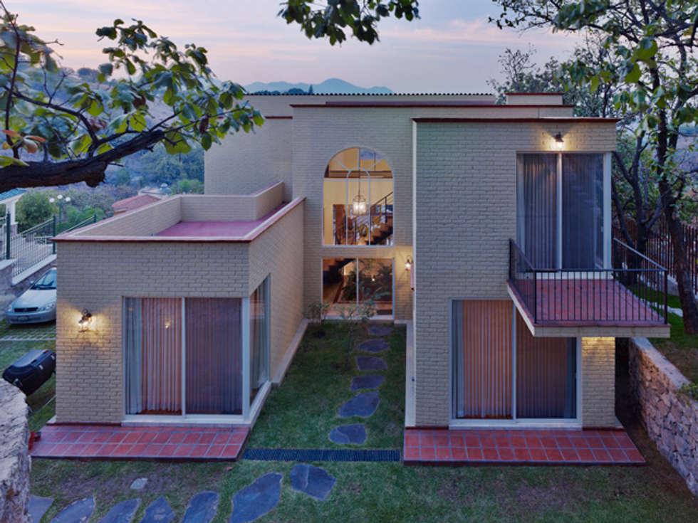 la fachada posterior: Casas de estilo colonial por Excelencia en Diseño