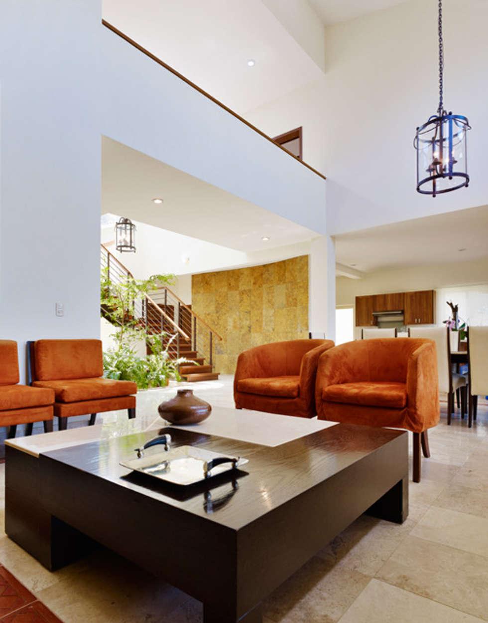 doble altura : Pasillos y recibidores de estilo  por Excelencia en Diseño