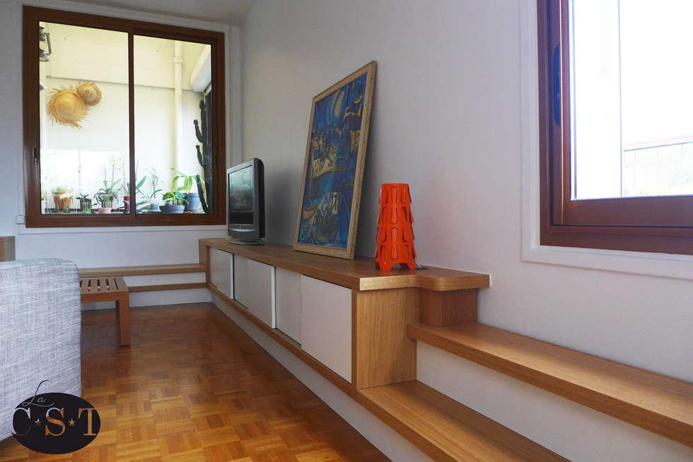 Agencement filant intégrant un escalier: Salon de style de style Moderne par La C.S.T