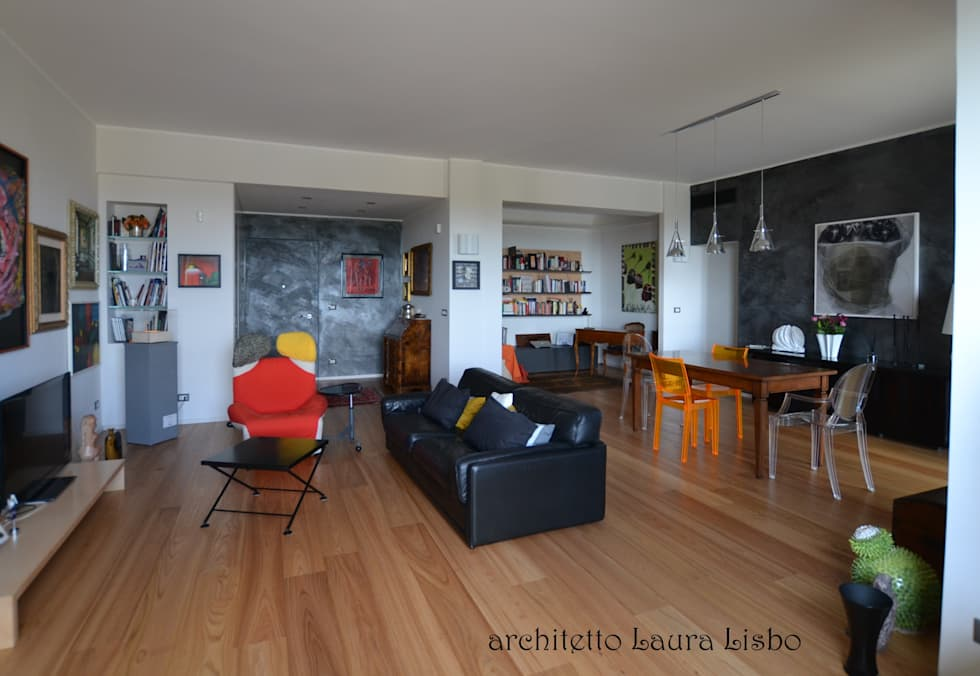 Foto di soggiorno in stile in stile moderno : ingresso soggiorno dopo  homify