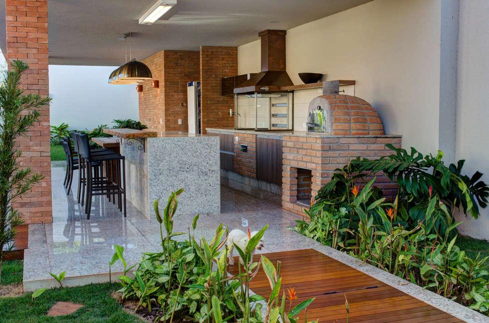CASA DAS PRIMAVERAS: Terraços  por BRAVIM ◘ RICCI ARQUITETURA