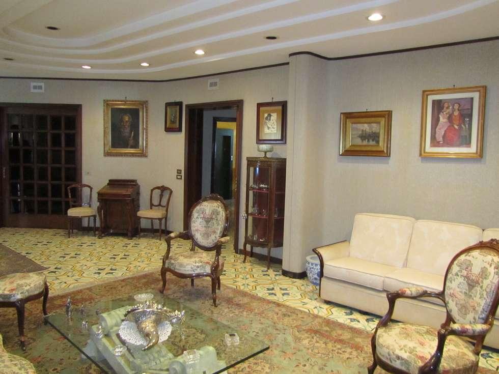 salone: Soggiorno in stile in stile Classico di Cesario Art&Design