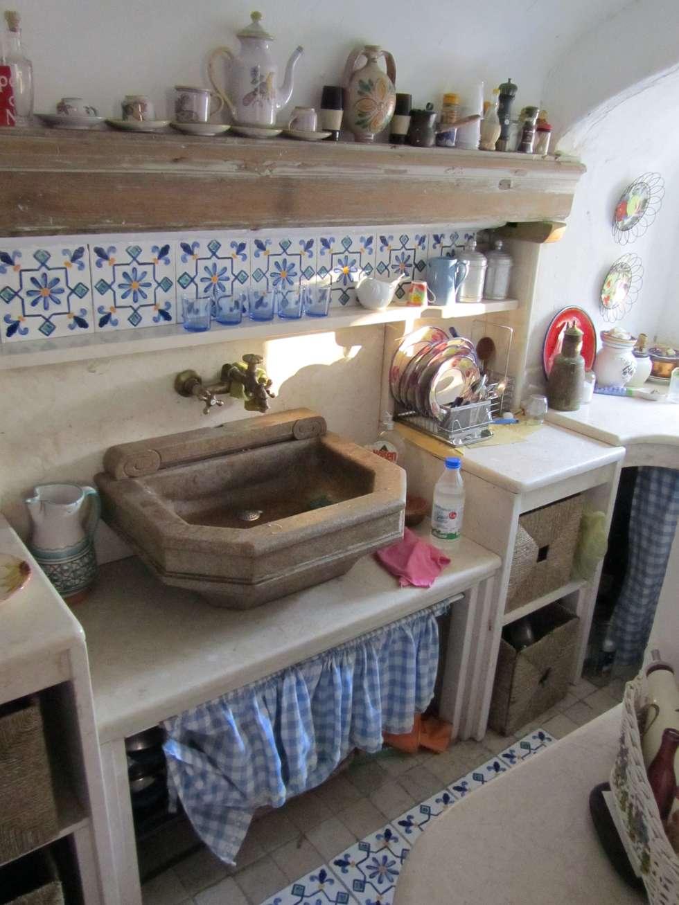 Cucina in marmo: Cucina in stile in stile Mediterraneo di Cesario Art&Design
