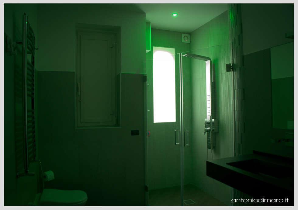 Cromoterapia : Bagno in stile in stile Moderno di antoniodimaro&partners