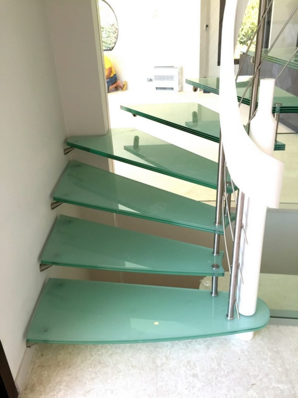 Escalier marches en verre: Couloir et hall d'entrée de style  par Passion Bois