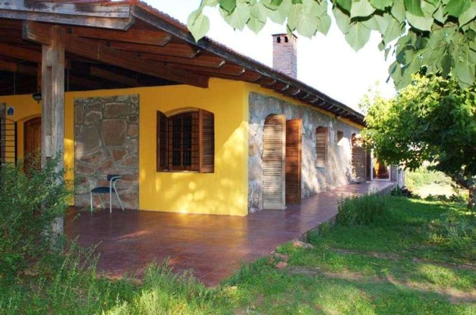 fachada: Casas de estilo rústico por Liliana almada Propiedades