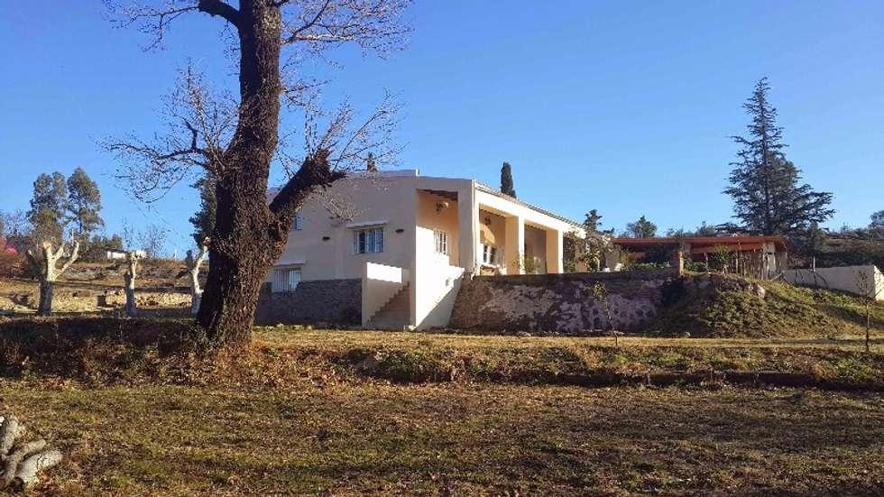 Fachada: Casas de estilo colonial por Liliana almada Propiedades