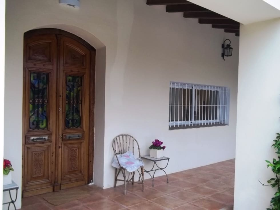 Entrada : Casas de estilo colonial por Liliana almada Propiedades