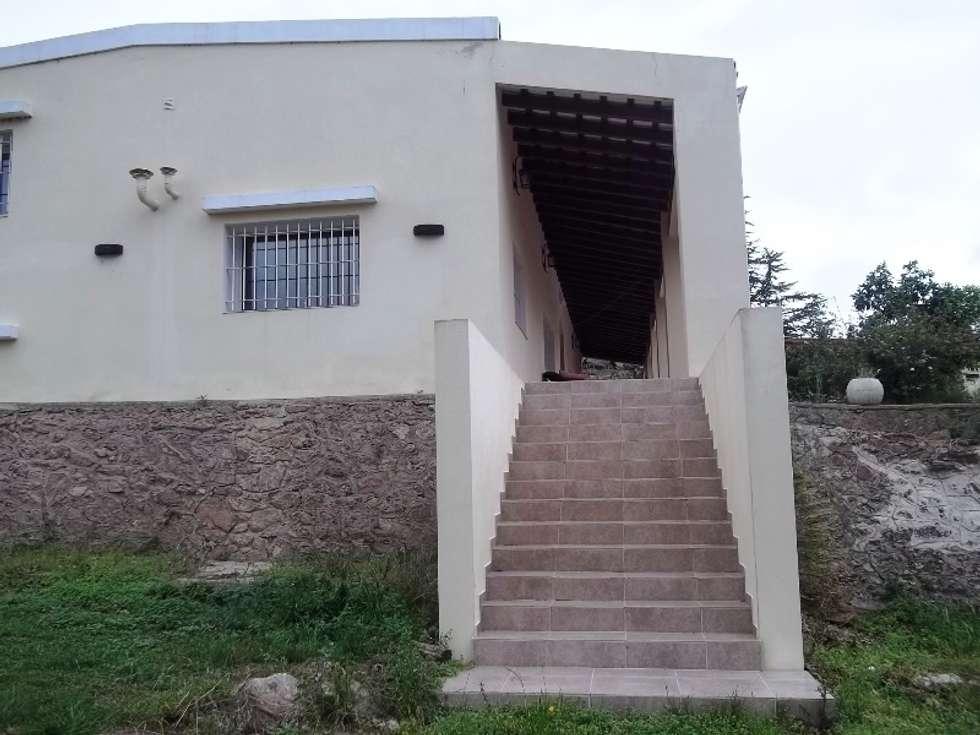 Escalera: Casas de estilo colonial por Liliana almada Propiedades