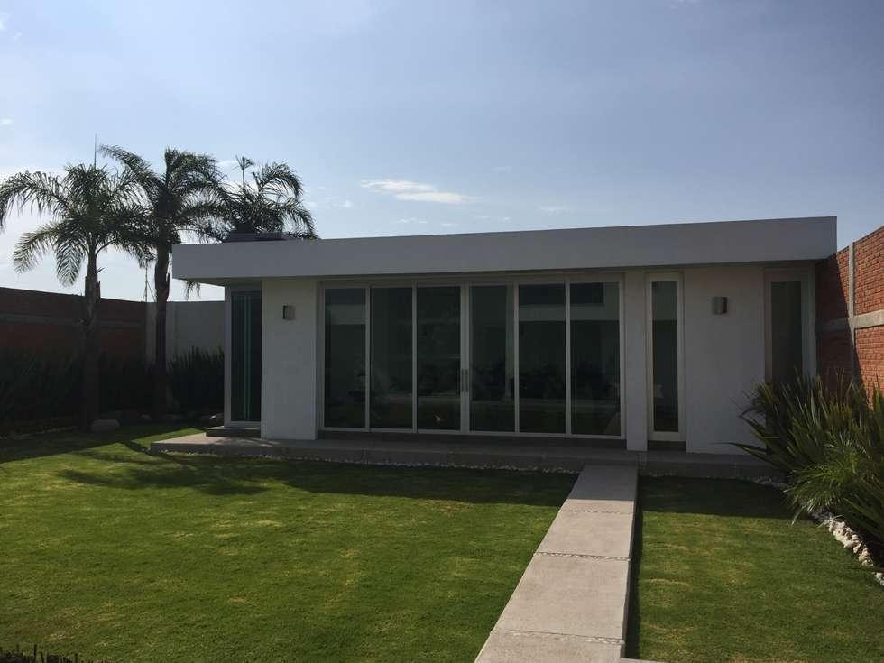 Terraza: Jardines de estilo minimalista por ARKIZA ARQUITECTOS by Arq. Jacqueline Zago Hurtado