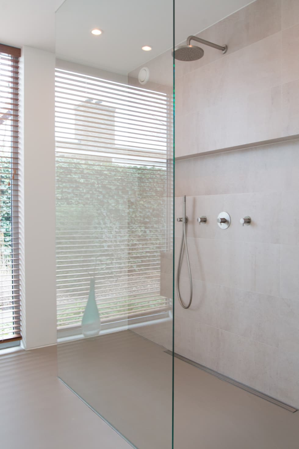 Inloopdouche met zicht op tuin: moderne Badkamer door Architect2GO