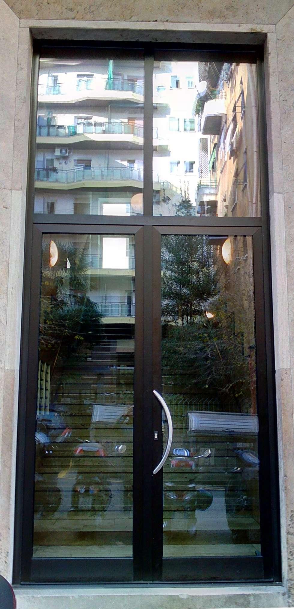 portone condominio trieste: Finestre in stile  di CaldoRisparmio