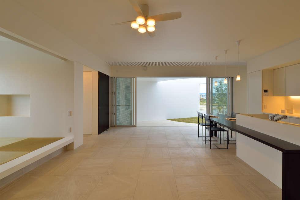 ODMR-HOUSE: 門一級建築士事務所が手掛けたリビングです。