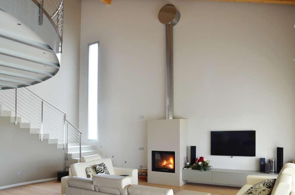Caminetto moderno 2: Soggiorno in stile in stile Moderno di SALM Caminetti