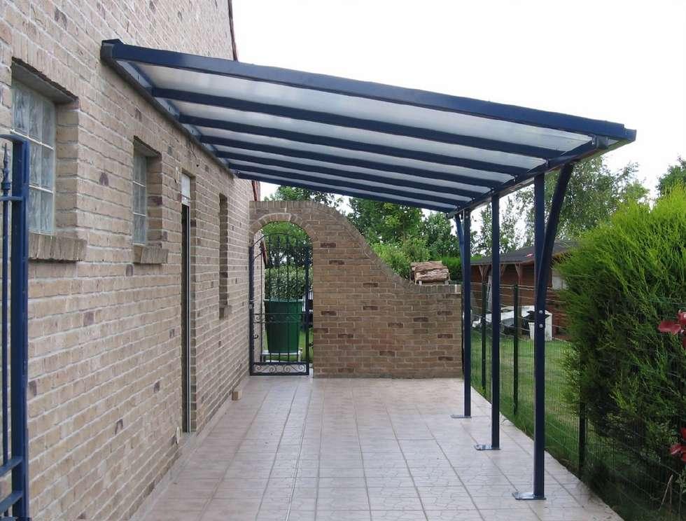 prgola con tejado voladizo de hierro jardn de estilo de conely - Pergolas De Hierro