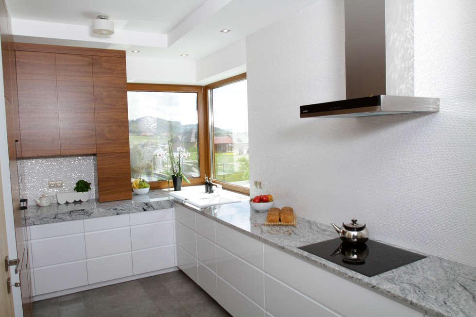 Blat z biało - czarnego granitu: styl , w kategorii Kuchnia zaprojektowany przez in2home