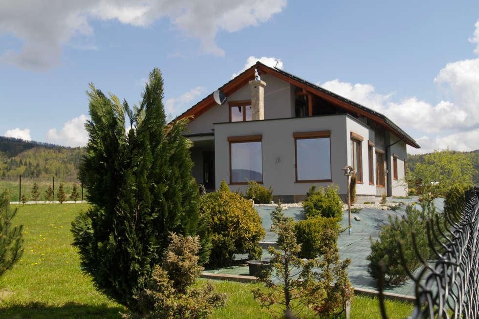 Od ogrodu: styl nowoczesne, w kategorii Domy zaprojektowany przez in2home