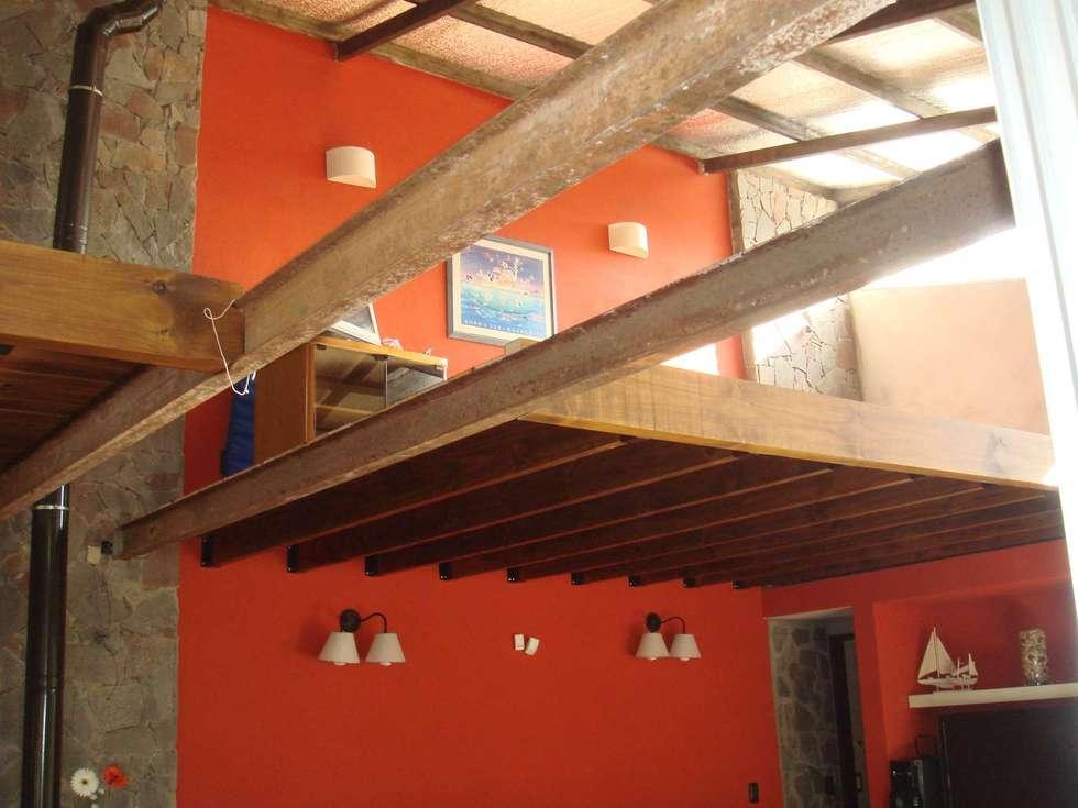ENTREPISO: Estudios y oficinas de estilo moderno por Arq Andrea Mei   - C O M E I -