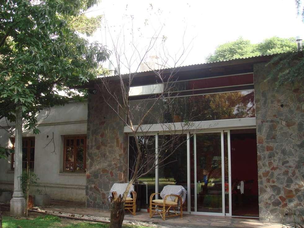 FACHADA: Casas de estilo ecléctico por Arq Andrea Mei   - C O M E I -