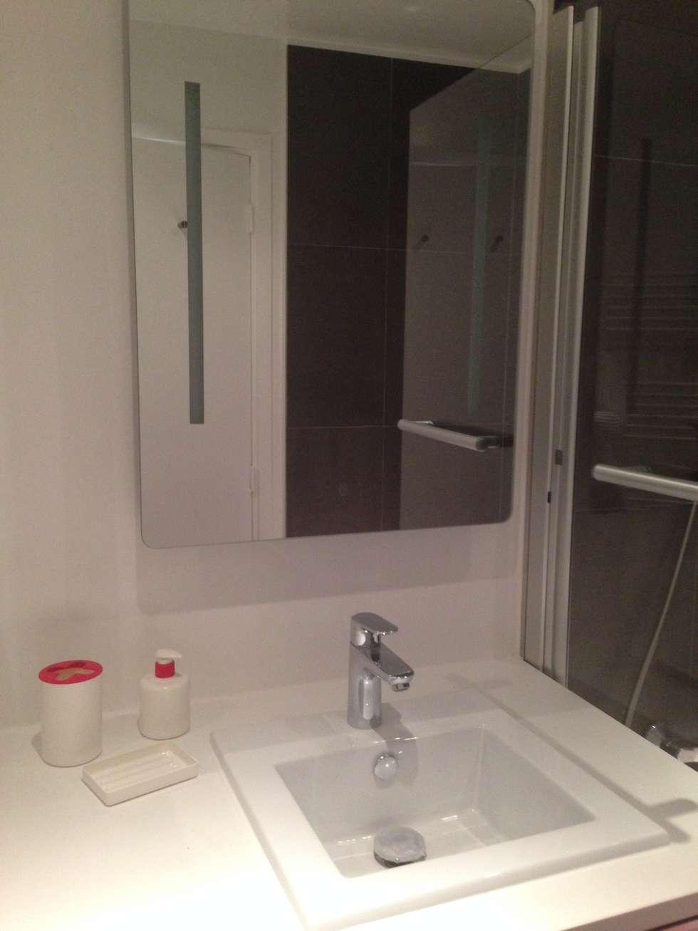 Un plan vasque minimaliste: Salle de bains de style  par cbm interiors sas