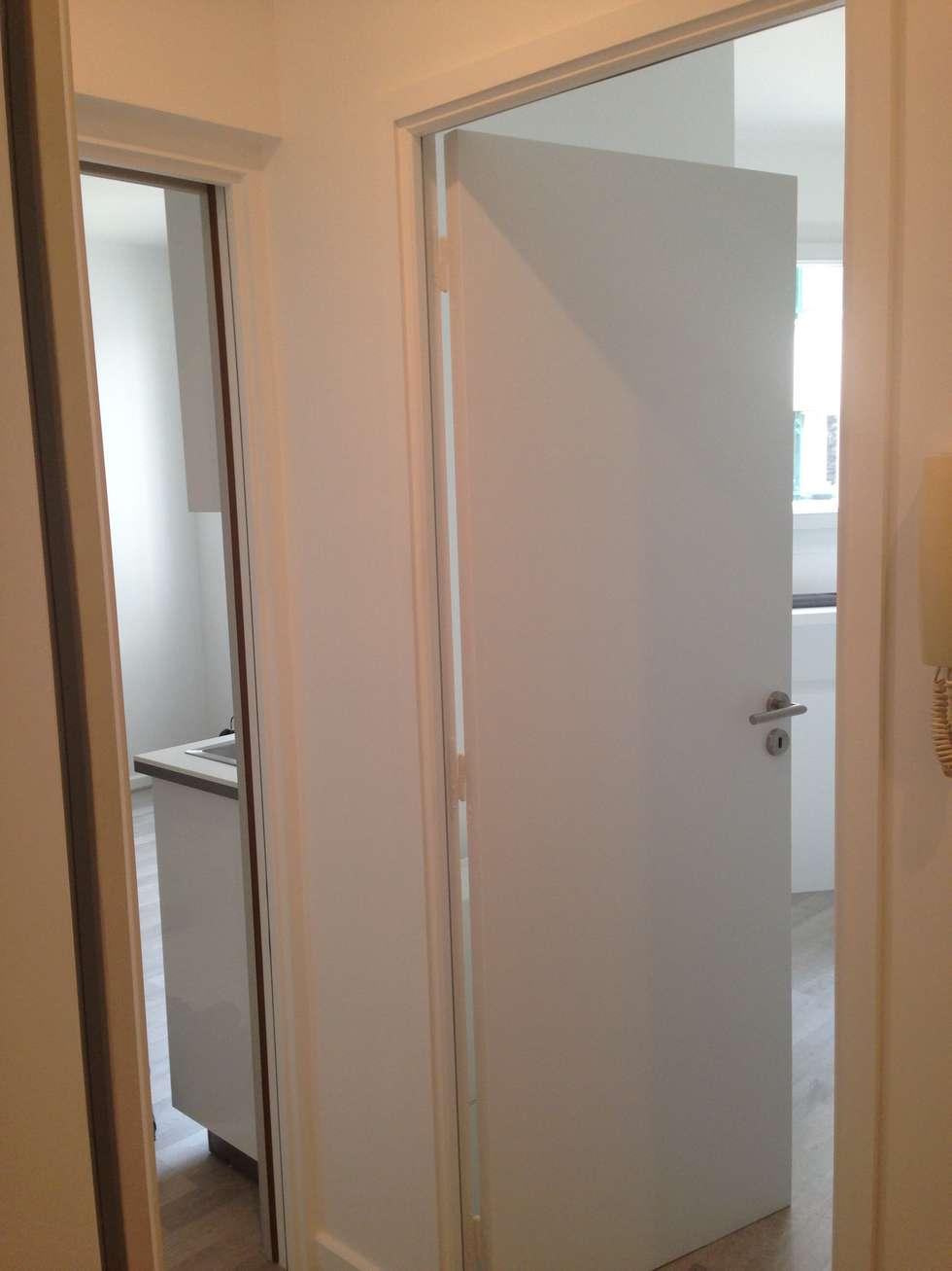 Portes neuves blanches: Chambre de style de style Moderne par cbm interiors sas