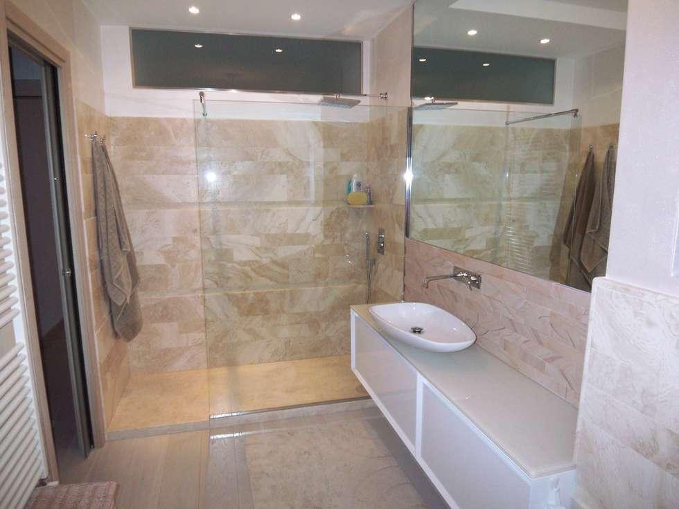 Arredo bagno sabbia bianco: bagno in stile in stile moderno di