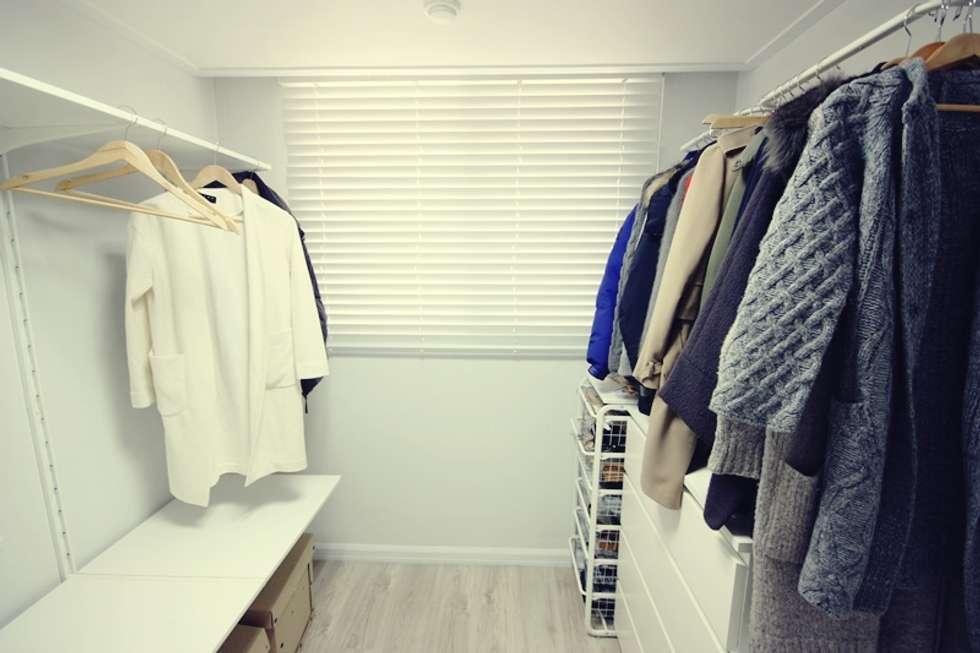 22평 복도식 모던 홈스타일링: homelatte의  드레스 룸