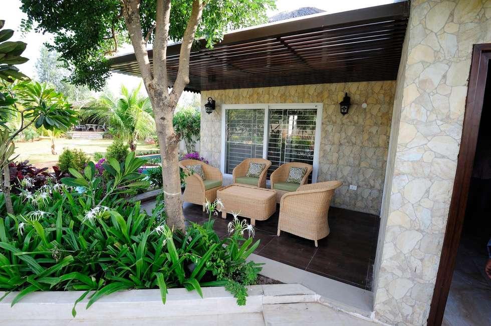 A Luxirious Thatched Villa: mediterranean Garden by iammies Landscapes