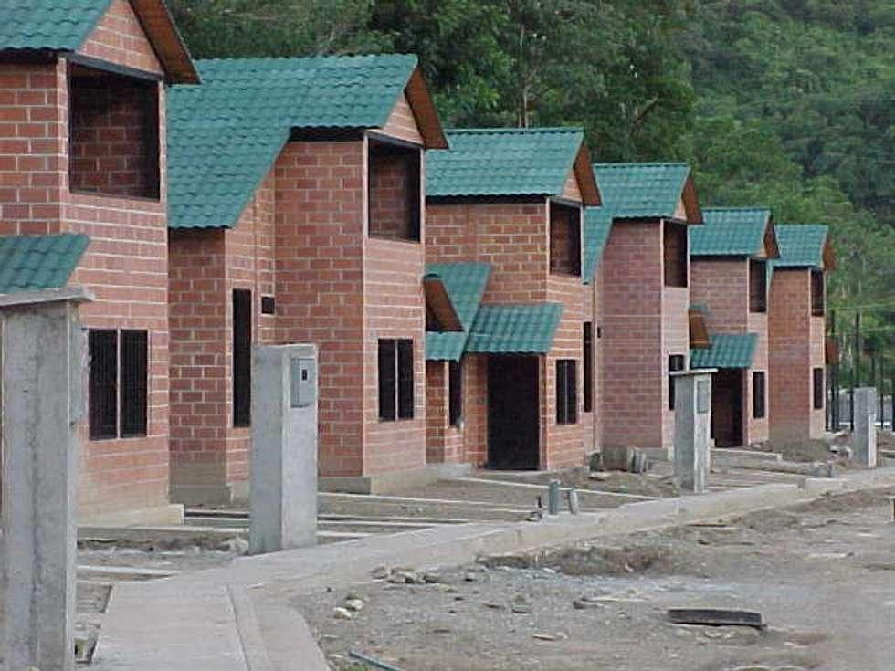 Desarrollo habitacional: Casas de estilo tropical por INVERSIONES NACSE S.A.S.