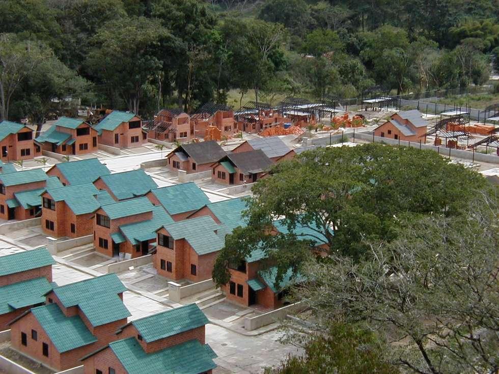 Desarrollo De Viviendas de interés social: Casas de estilo moderno por INVERSIONES NACSE S.A.S.