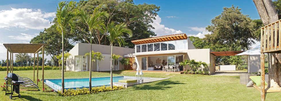 vista finca: Jardines de estilo moderno por INVERSIONES NACSE S.A.S.