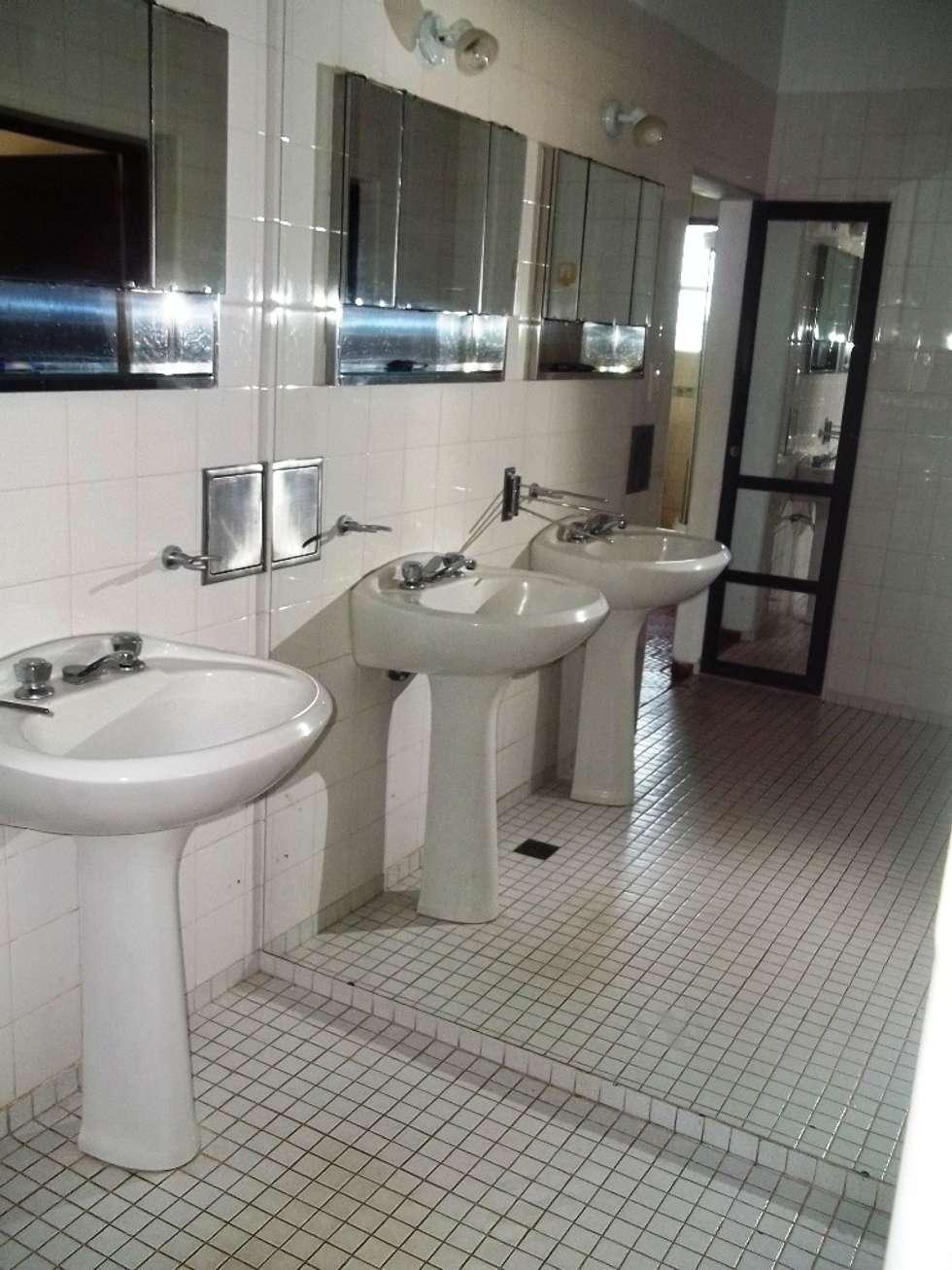 Antebaño: Baños de estilo clásico por Liliana almada Propiedades