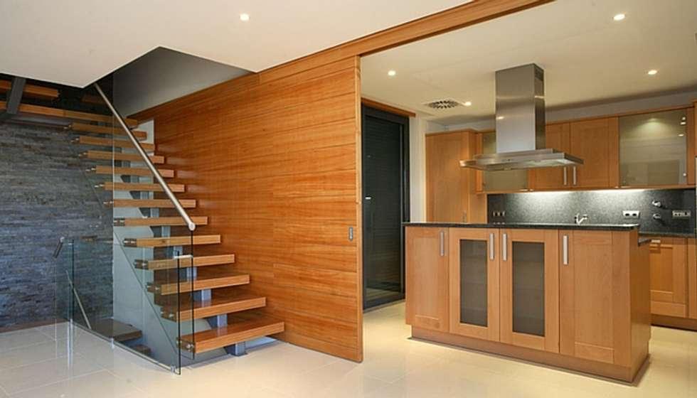 A madeira como base de fundo na criação de qualquer solução.: Cozinhas clássicas por A definir - Obras e gestão de Imóveis - Unipessoal, Lda